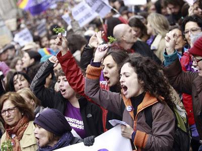 Manifestantes con ruda y perejil