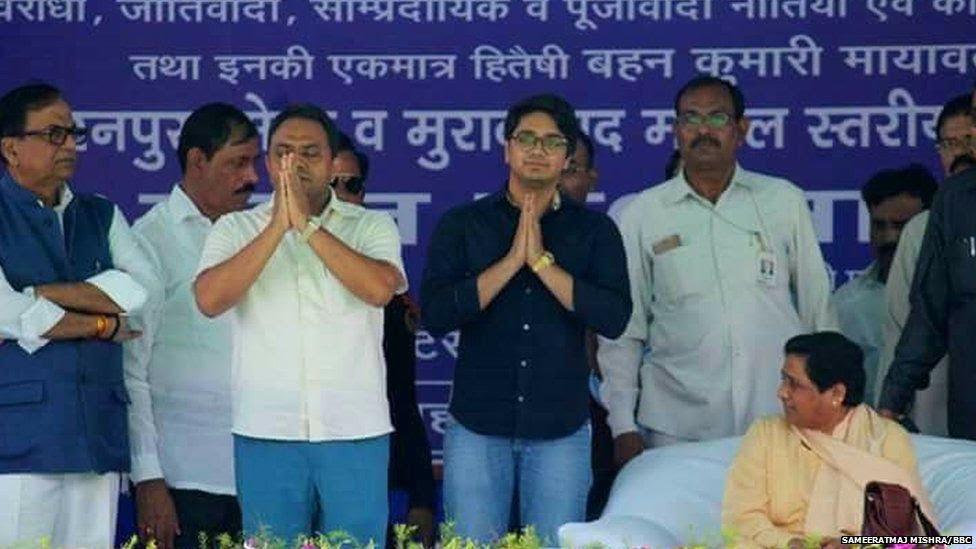 बसपा की सभाओं में अक़्सर दिखते हैं आकाश(काली कमीज़ में)  परिवार वाद के लोभ से वंचित नहीं है बसपा सुप्रीमो मायावती  105202596 aakash