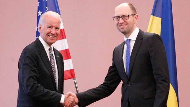 Joe Biden estrecha la mano al primer ministro ucraniano Arseny Yatseniuk.