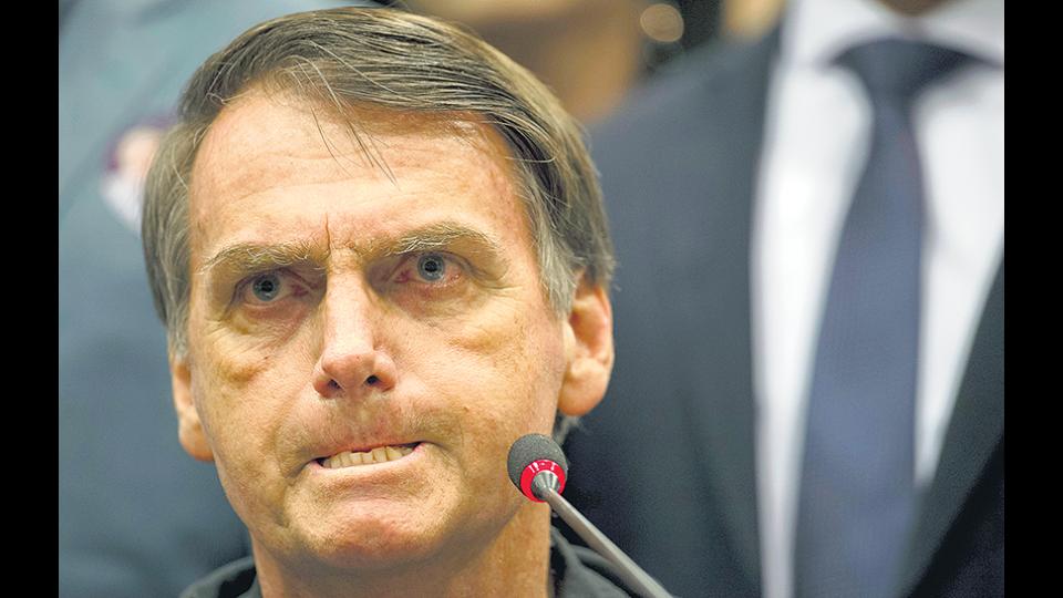 El presidenciable favorito para el ballottage, Jair Bolsonaro, llegó hasta el grado de capitán.