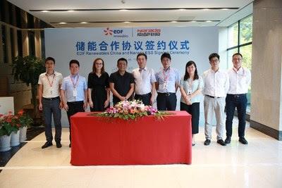 El señor Tian Yue, CEO de EDF Renewables China (cuarto desde la izquierda) y el señor Wang Yuenneng, vicepresidente de Narada (quinto desde la derecha) juntos en la ceremonia de firmas el 18 de septiembre. (PRNewsfoto/Zhejiang Narada Power Source Co)