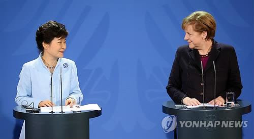 South Korean President Park Geun-hye and German Chancellor Angela Merkel hold a joint news conference in Berlin on March 26. (Yonhap)