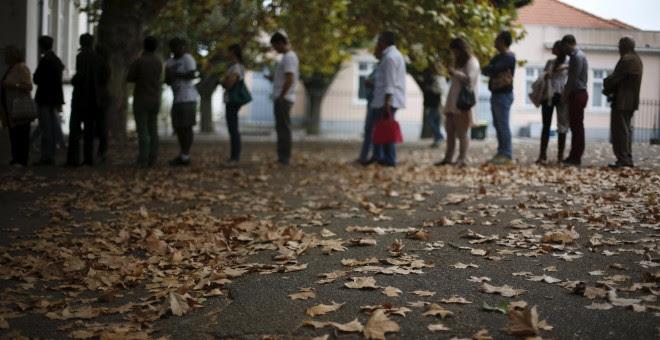 Varias personas hacen cola para votar en un colegio de Lisboa (Portugal). REUTERS/ Rafael Marchante