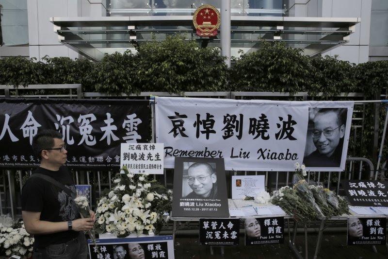 香港民眾悼念中國諾貝爾和平獎得主、《零八憲章》起草人劉曉波。(美聯社)