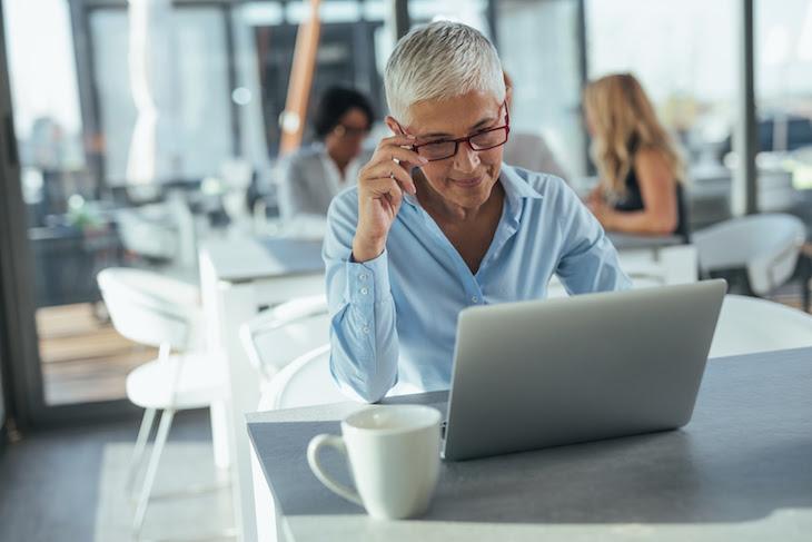 A procura por vagas de emprego para idosos tem aumentado.