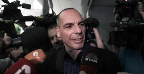 El ministro de Finanzas griego, Yanis Varoufakis, a su llegada a la reunión del Consejo de Estabilidad Financiera de Grecia.. EFE/EPA/SIMELA PANTZARTZI