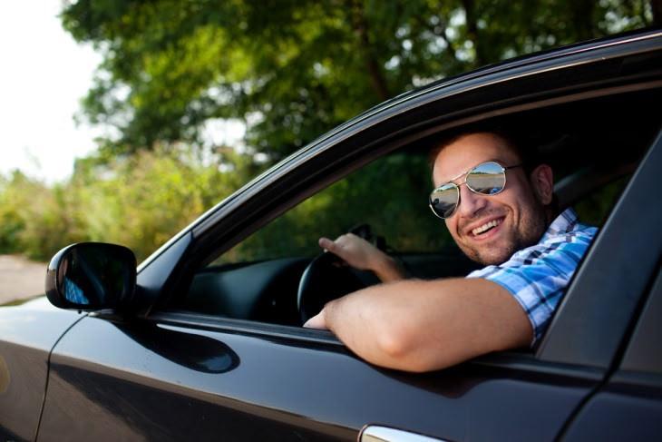 đùa: người đàn ông mỉm cười ra khỏi xe