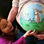 Barrigas de grávida viram telas de pintura!
