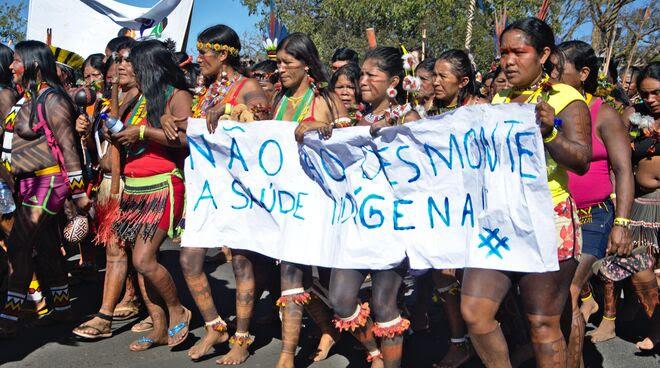 Mujeres indígenas de brasil protestan contra la destrucción de sus territorios