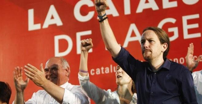 Lluís Rabell y Pablo Iglesias, al finalizr el mitin./ EFE