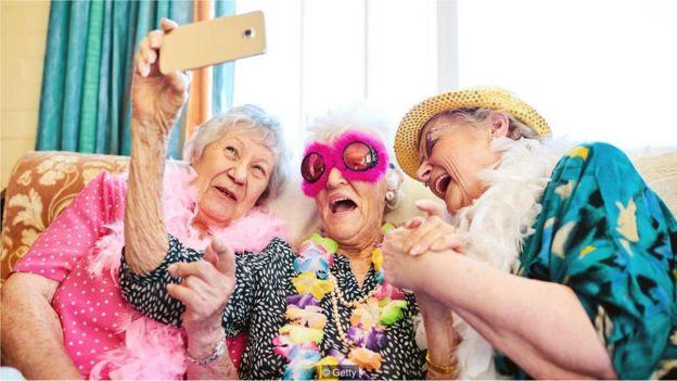 Idosas tiram selfie