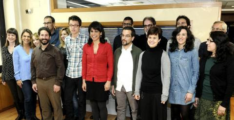 Sergio Pascual, jefe de campaña de Podemos Andalucía, e Íñigo Errejón, responsable político de la organización, posan con Teresa Rodríguez y los otros catorce parlamentarios autonómicos electos. EFE/Raúl Caro