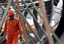 Un operaio metalmeccanico al lavoro in un'immagine d'archivio (ANSA)