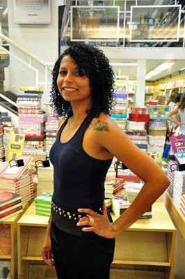 Morgana Fernandes muda o visual quando vai encontrar os recrutadores: cobre tatuagens e segue o dress code da empresa  (Paula Rafiza/Esp. CB/D.A Press - 16/10/13)