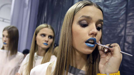 Un grupo de jóvenes pintándose los labios de azul