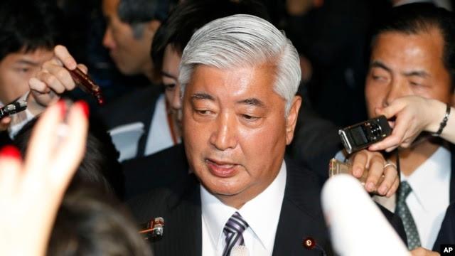 Bộ trưởng Quốc phòng Nhật Bản Gen Nakatani nói chuyện với phóng viên ở Tokyo, 24/12/2014.