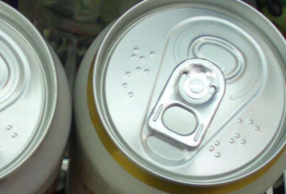 Tirando a parte visual, latinhas são todas iguais. Cervejas, refrigerantes, sucos ou qualquer outro de bebida, deveriam ter identificação