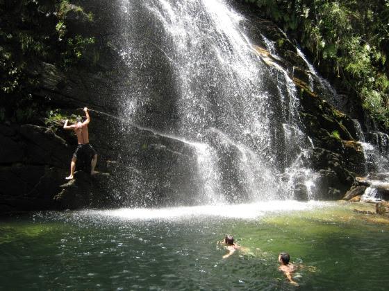 Como parte do passeio, uma parada para conhecer a beleza da Cachoeira da Caverna e ainda mergulhar em suas águas