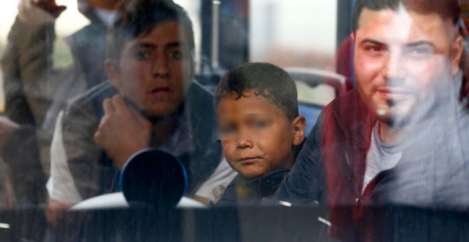 Refugiados en un tren en la estación principal de Múnich.- Michael Dalder (REUTERS)