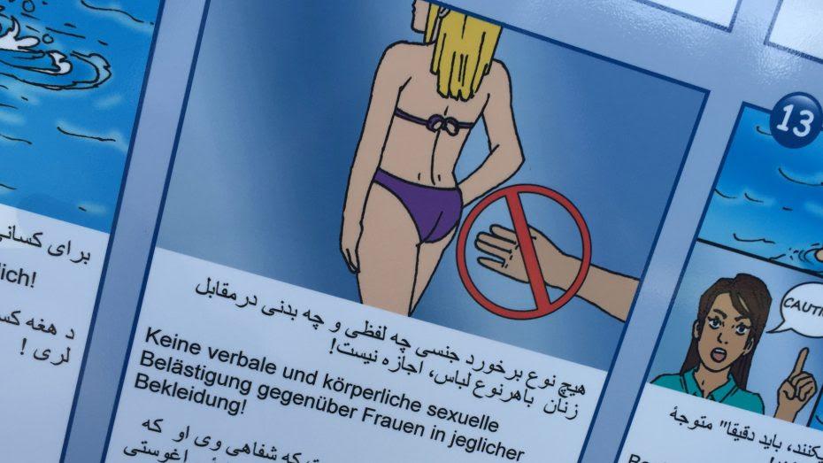 """Den berühmten """"Schwimmbad-Comic"""" der Stadtwerke München gibt es auch in mehreren orientalischen Sprachen. Hier der Aushang im Parkbad Schwabach. (Foto: Wolfram Göll)"""