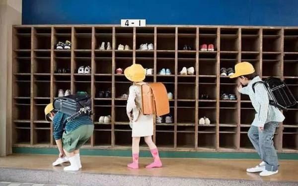 Trước khi vào lớp, học sinh Nhật đều phải thay sang giày phù hợp hoặc mang bao giày.