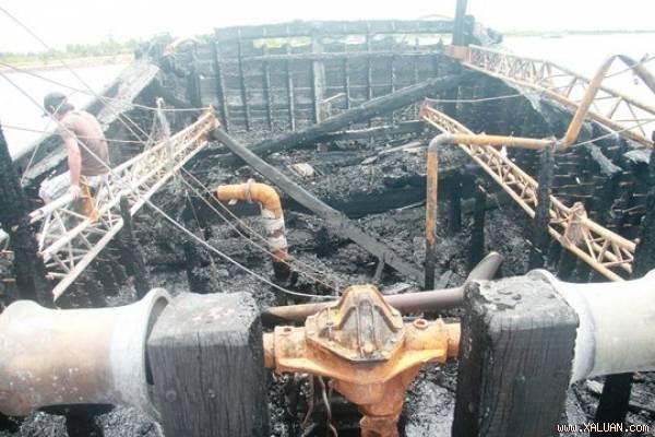 Hiện trường vụ cháy tàu cá của ngư dân Phạm Việt ở xã Tam Giang vào tháng 7-2014, gây thiệt hại hơn 4 tỉ đồng