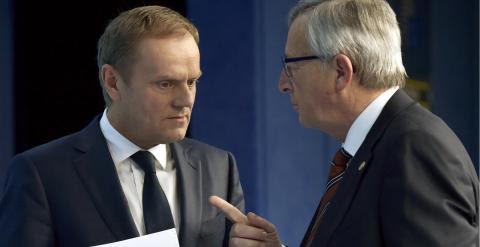 El presidente de la Comisión Europea, Jean-Claude Juncker, conversa con el presidente del Consejo Europeo,Donald Tusk, tras la rueda de prensa al finalizar la cumbre de Bruselas. REUTERS/Eric Vidal