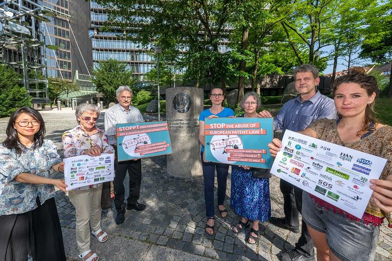 Eté 2019, Munich : Des militants d'une trentaine d'organisations demandent la fin des brevets sur les plantes et les animaux et remettent notre lettre ouverte contre un brevet sur le saumon.