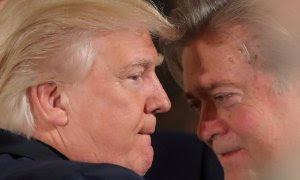 El presidente de EEUU, Donald Trump, con su entonces jefe de estrategia Steve Bannon, en el acto de toma de posesión de los miembros del gabinete de la Casa Blanca, en en enero de 2017, en Washington. REUTERS/Carlos Barria