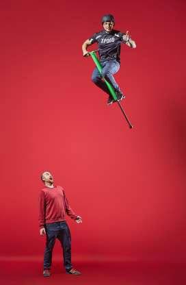 Anh Dmitry Arsenyev, người Nga đạt kỷ lục người nhảy cao nhất bằng gậy Pogo, với độ cao 3,4m.