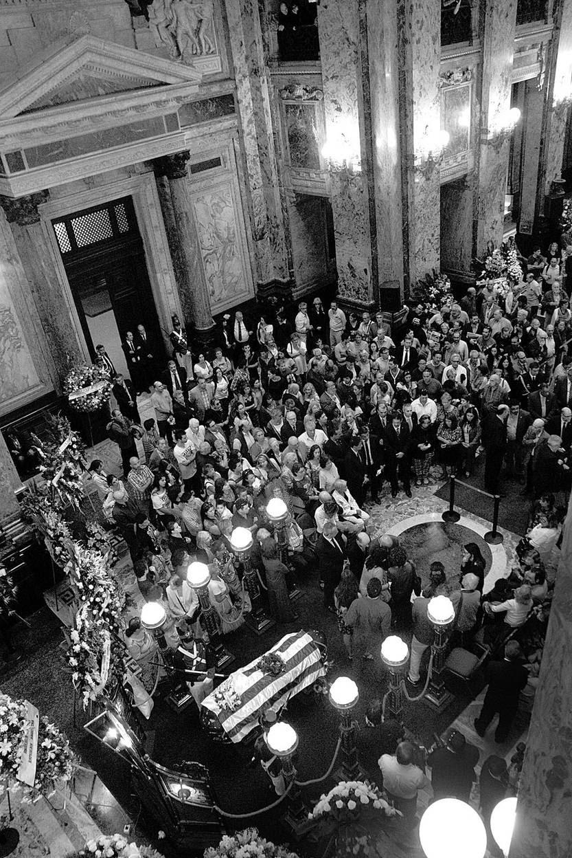 Velatorio de Eduardo Galeano, ayer, en el Salón de los Pasos Perdidos del Palacio Legislativo. Foto: Mauricio Kühne