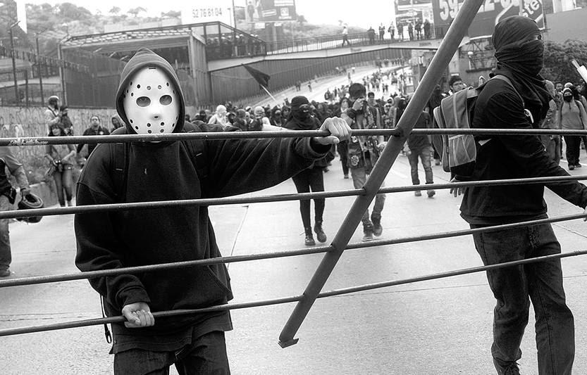 Unos 500 jóvenes bloquearon ayer una de las avenidas de ingreso al Aeropuerto Internacional de Ciudad de México, en el inicio de una jornada de protestas a nivel nacional. /Foto: Pablo Salazar Solís, Efe