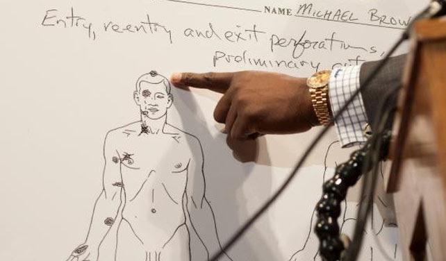 El abogado de la familia, Daryl Parks, señala en un diagrama de la autopsia el tiro fatal que recibió en la parte más alta de la cabeza Michael Brown. Los indicios apuntan a que se podría haber agachado en señal de rendición ante el policía que lo abatió.