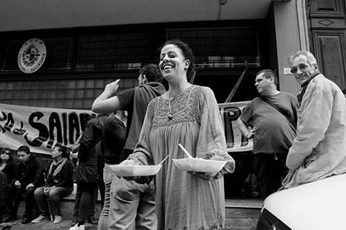 Virginia Pereira de ADES, ayer durante el almuerzo, en la ocupación del local del Consejo de Educación Secundaria donde se realiza la elección de horas en Montevideo. /Foto: Sandro Pereyra