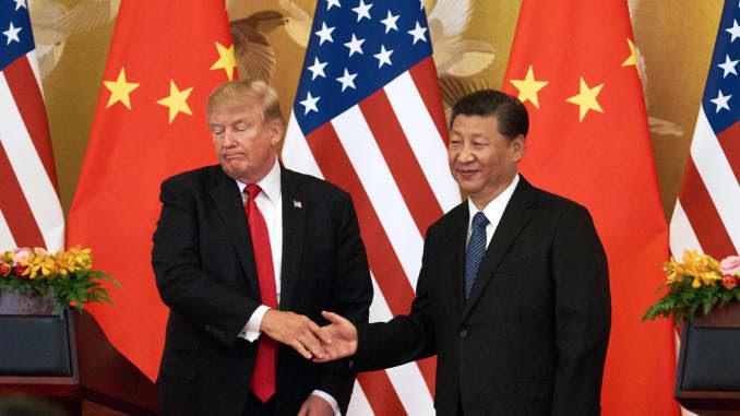 O presidente dos EUA, Donald Trump (L), e o presidente da China, Xi Jinping, apertam as mãos em uma entrevista coletiva após sua reunião fora do Grande Salão do Povo em Pequim.