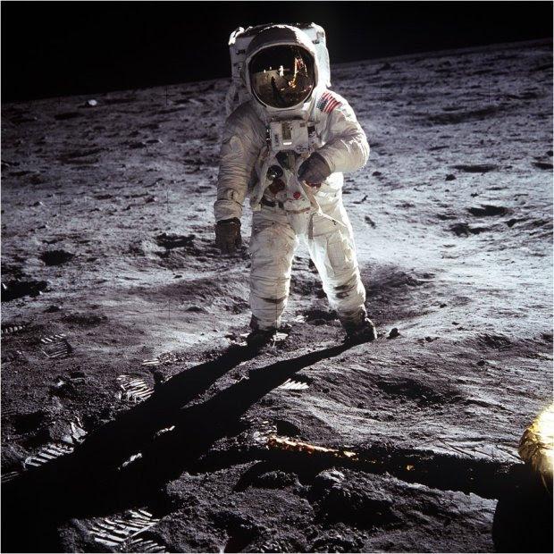 """ΑΠΟΛΛΩΝ 11-1969: Ο Neil Armstrong φωτογράφισε τον συνάδελφο του αστροναύτη Buzz Aldrin να κάνει τα πρώτα  βήματα του ανθρώπου στο φεγγάρι. """"Αυτό είναι ένα μικρό βήμα για τον άνθρωπο, αλλά ένα γιγάντιο άλμα για την ανθρωπότητα"""", είπε ο Armstrong."""