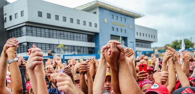 Miles de personas se reunieron en frente a la sede de la Superintendencia de la Policía Federal donde Lula está detenido desde hace un año - Créditos:  Ricardo Stuckert/Instituto Lula