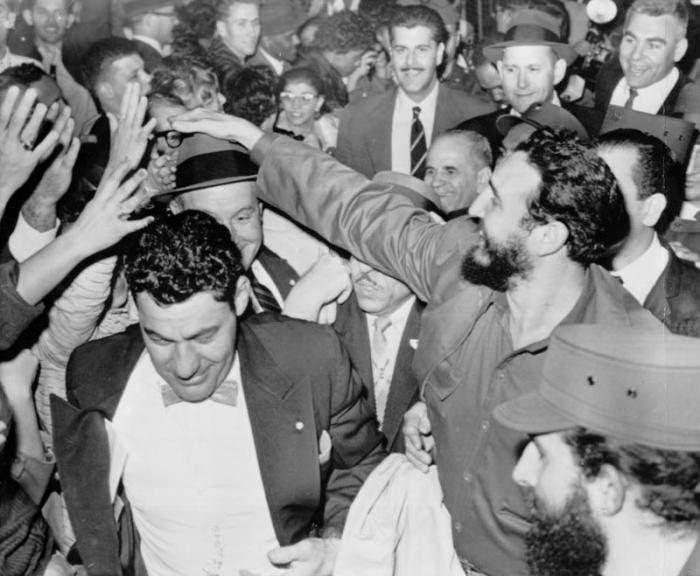 http://www.cubadebate.cu/wp-content/gallery/fidel-castro-visita-estados-unidos-abril-1959/arriba-el-comandante-en-jefe-fidel-castro-al-aeropuerto-internacional-de-washington-recibido-por-roy-r-rubotton-subsecretario-de-estado-y-una-numerosa-multitud-de-personas.jpg