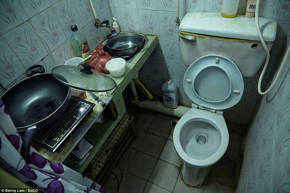 Một bức tranh thể hiện sự gần gũi của nấu không gian và nhà vệ sinh ở chật chội 'nhà quan tài' của Hồng Kông