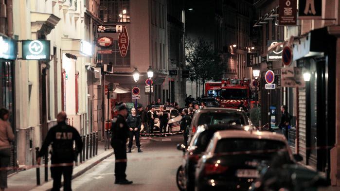 """VIDEO. """"Il marchait, les mains pleines de sang"""" : des témoins racontent l'attaque au couteau àParis"""