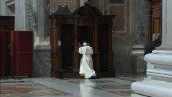Imagen de archivo: el Papa se confiesa en la Basílica de San Pedro.