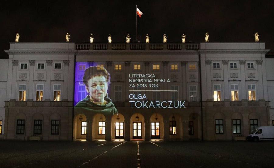 Iluminacja na Pałacu Prezydenckim z wizerunkiem Olgi Tokarczuk