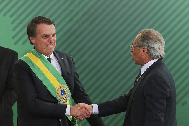 Jair Bolsonaro saluda al ministro de Hacienda, Paulo Guedes, durante su toma de posesión el último martes (1) - Créditos: Sérgio Lima / AFP