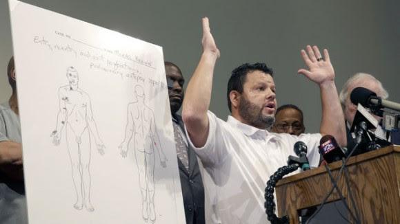Autopsia: Brown podría haber tenido manos en alto. Foto: Alan Scher Zagier/ AP