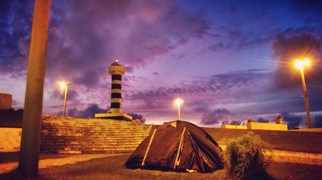 A barraca montada na pracinha de Pontal do Coruripe. Local tranquilo e população hospitaleira. O farol ao fundo da foto sinaliza para os arrecifes do local.