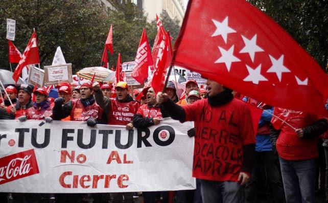 Trabajadores de la fábrica de Coca-Cola en Fuenlabrada se manifiestan en Madrid contra los cierres y los despidos.