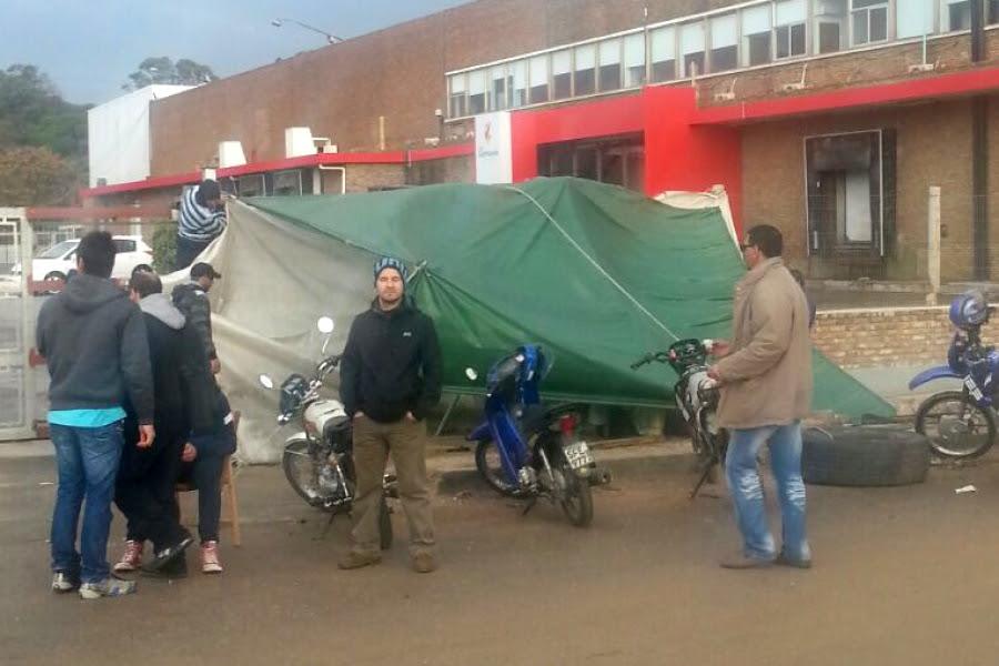 Personal de Frigorífico Carrasco se declaró en huelga y acampa frente a la planta industrial