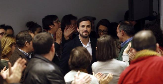 El líder Unidad Popular-Izquierda Unida, Alberto Garzón, junto a miembros de la dirección y de la candidatura por Madrid, después de su intervención para valorar los resultados electorales del 20-D en la sede de Izquierda Unida, en Madrid. EFE/Kiko Huesca