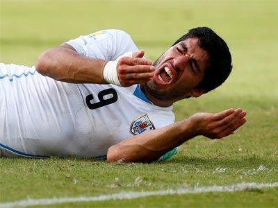 Luis Suárez, tras morder a Chiellini. REUTERS/Tony Gentile