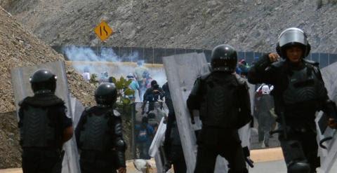 Varios policías se enfrentan a los manifestantes en Chilpancingo (Guerrero), durante una protesta de estudiantes de la Escuela Normal Rural de Ayotzinapa./ EFE